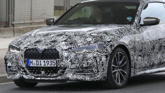 Nuova BMW Serie 4 Coupé 2021: la maxi calandra fa bella mostra di sé