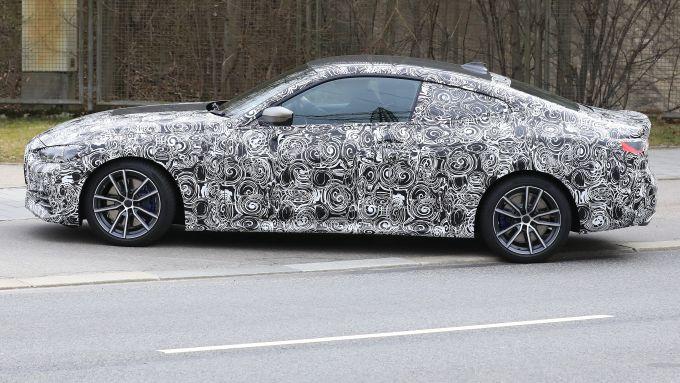 NUova BMW Serie 4 Coupé 2021: linea filante e piccolo spoiler posteriore