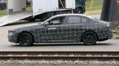 Nuova BMW Serie 5: fiancata liscia e profilo equilibrato