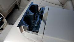 Nuova BMW Serie 5 Touring 2017: dettaglio del portabicchieri posteriore
