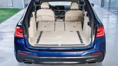 Nuova BMW Serie 5 Touring: abbattendo i sedili posteriori il bagagliaio arriva a 1.700 litri di capienza