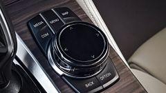 Nuova BMW Serie 5 Touring: il sistema di infotainment può essere gestito tramite rotella, comandi touch o gesture