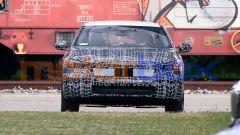 Nuova BMW Serie 5: una vista del frontale mostra la calandra ben integrata con fari e paraurti