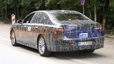 Nuova BMW Serie 7 2022: vista 3/4 posteriore