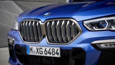 Nuova BMW X6, la griglia a doppio rene è anche retroilluminata