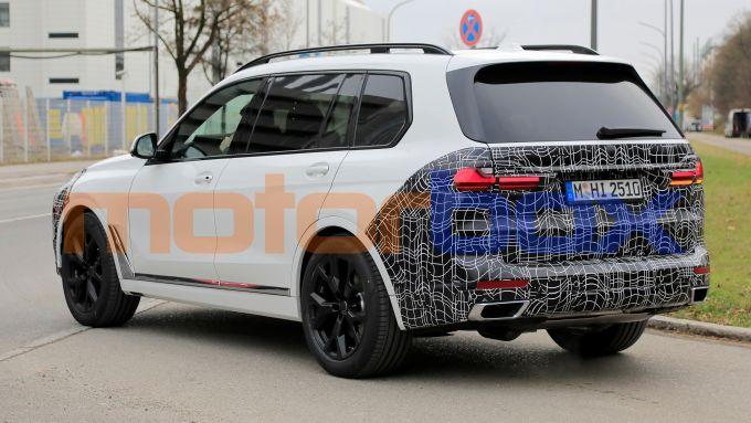 Nuova BMW X7 2022: cambia molto davanti e poco dietro
