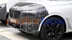 Nuova BMW X7 2022: le vere novità saranno sul frontale con proiettori del tutto diversi da oggi