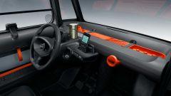 Nuova Citroen AMI 100% electric: la plancia con la lunga vaschetta organizzata del kit My AMI Orange