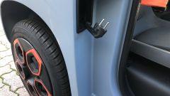 Nuova Citroen AMI 100% electric: la presa di corrente sistemata dietro la portiera del passeggero