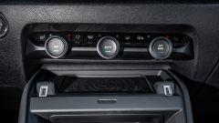 Nuova Citroen C4 2021: i comandi analogici del climatizzatore e la doppia USB ai lati della piastra wireless