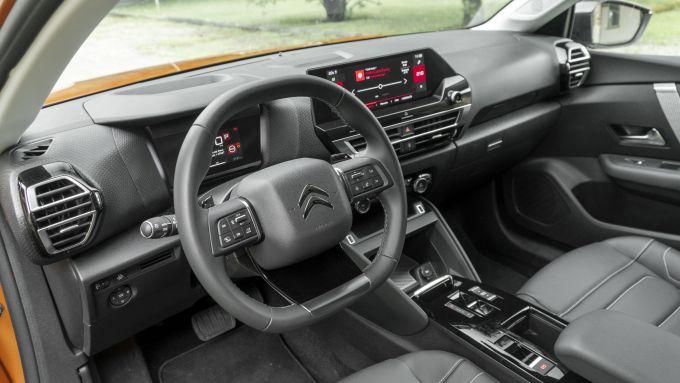 Nuova Citroen C4 PureTech 130 S&S EAT8 Shine: l'abitacolo e la plancia