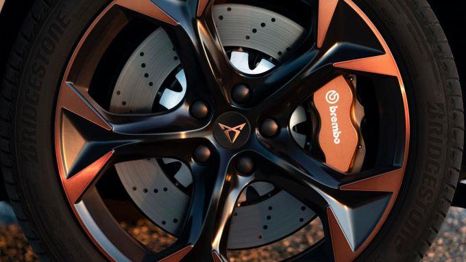 Nuova Cupra Formentor e-Hybrid 204 CV: i cerchi in lega sportivi e la pinza Brembo