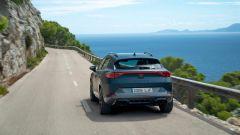 Nuova Cupra Formentor e-Hybrid 204 CV: una vista dinamica da dietro