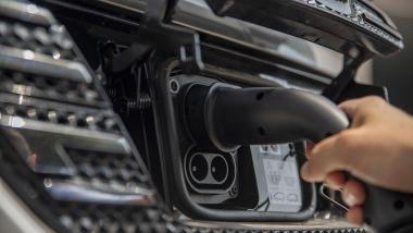 Nuova Dacia Spring: lo sportello che cela la presa di ricarica è sulla mascherina anteriore