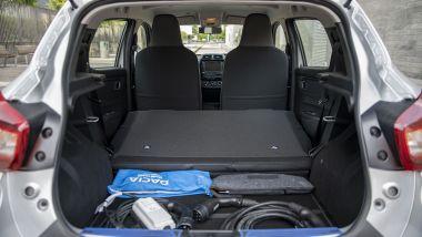 Nuova Dacia Spring: nel bagagliaio ci sono i cavi di ricarica e lo schienale non è frazionabile