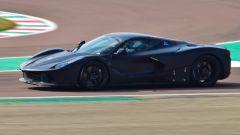 Nuova Ferrari ibrida: la linea è molto affilata - schermata dal video di Varryx