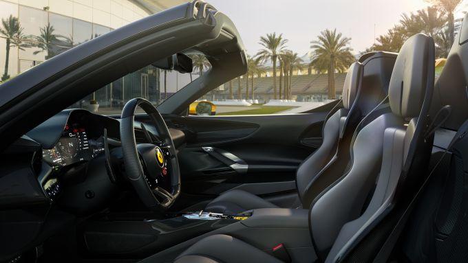 Nuova Ferrari SF90 Spider: l'abitacolo della supercar ibrida di Maranello