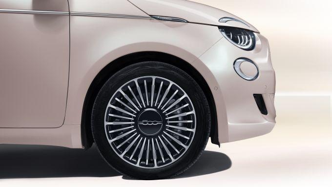 Nuova Fiat 500 Elettrica: i cerchi in lega da 16'' della versione Fashion