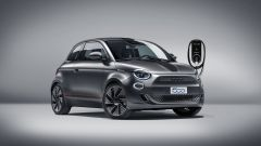 Nuova Fiat 500 Elettrica: in versione Sport con la wallbox di ricarica