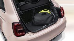 Nuova Fiat 500 Elettrica: la sacca dei cavi di ricarica nel bagagliaio