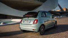 Nuova Fiat 500 Hybrid: una vista dinamica della cabriolet di 3/4 posteriore