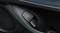 Nuova Fiat 500e Icon: la leva meccanica per aprire le portiere in caso di