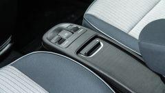 Nuova Fiat 500e Icon: la penisola con i portaoggetti, i cursori dei Drive Mode, del volume radio e del freno a mano elettrico