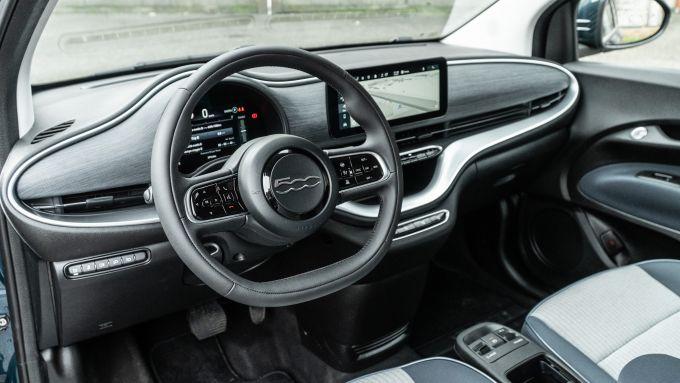 Nuova Fiat 500e Icon: l'abitacolo è più spazioso e meglio rifinito di prima