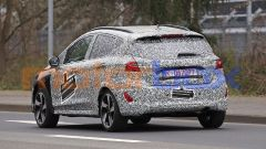 Nuova Ford Fiesta 2022: uno dei muletti ancora molto mimetizzato