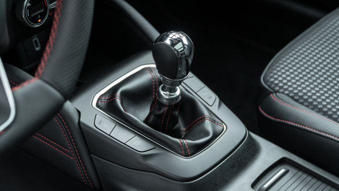 Nuova Ford Focus EcoBoost Hybrid: il tunnel con la leva del cambio manuale a 6 marce