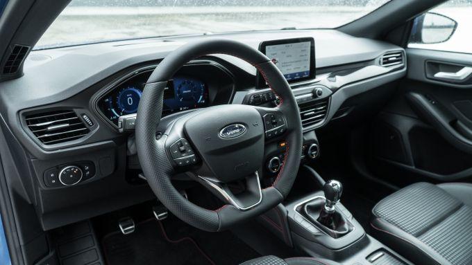 Nuova Ford Focus EcoBoost Hybrid: l'abitacolo d'impronta sportiva con cruscotto digitale
