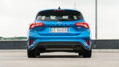 Nuova Ford Focus EcoBoost Hybrid ST Line X: la vista posteriore mostra il doppio tubo di scarico  a destra