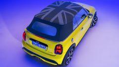 Nuova gamma Mini 2021: la cabrio vista dall'alto con il tetto in tela Union Jack