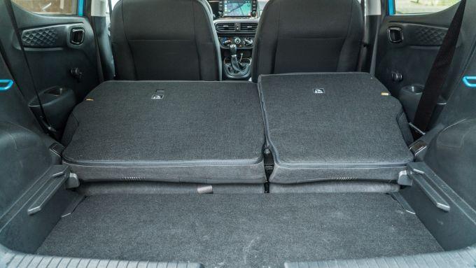 Nuova Hyundai i10: il bagagliaio con divanetto reclinato