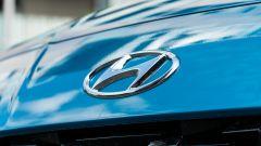 Nuova Hyundai i10: il logo Hyundai sul cofano