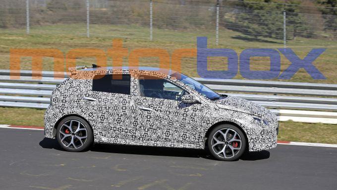 Nuova Hyundai i20 N al Nurburgring: visuale laterale