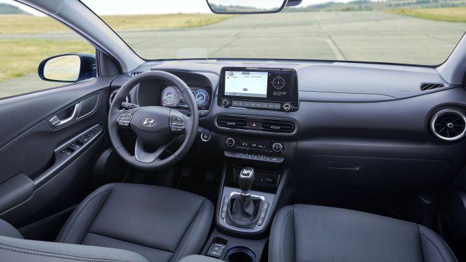 Nuova Hyundai Kona 2021: l'abitacolo spazioso e ben rifinito