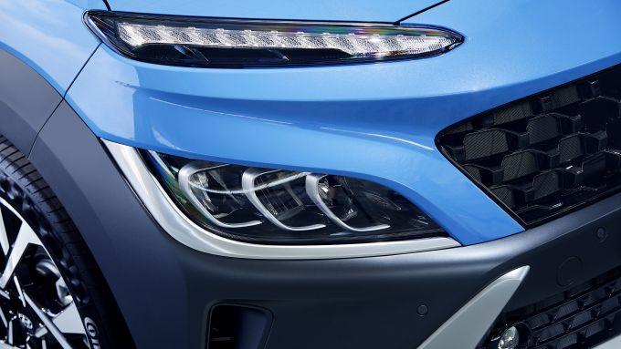 Nuova Hyundai Kona 2021: un dettaglio dell'avantreno, sotto al cofano motori benzina, diesel e ibridi