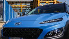 Nuova Hyundai Kona Hybrid: un dettaglio delle affilate luci diurne a LED e dei fari principali