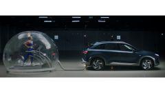 Nuova Hyundai Nexo: un'immagine della dimostrazione che l'atleta corre nella bolla senza intossicarsi