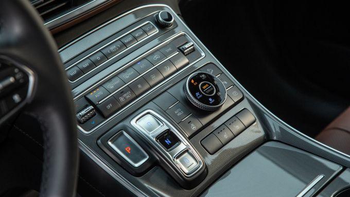 Nuova Hyundai Santa Fe: cambio e selettore di modalità di guida nel tunnel