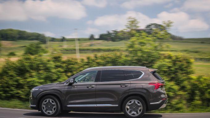 Nuova Hyundai Santa Fe PHEV: dimensioni abbondanti ma su strada se la cava bene
