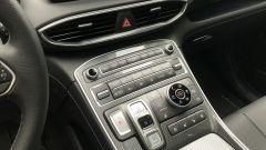 Nuova Hyundai Santa Fe PHEV: la console con tanti pulsanti per la gestione della macchina