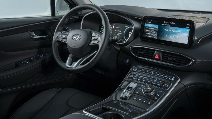 Nuova Hyundai Santa Fe PHEV: l'abitacolo spazioso e super lussuoso del SUV coreano