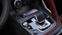 Jaguar E-Pace restyling, nuovo look e (ovvio) il plug-in hybrid - Immagine: 12