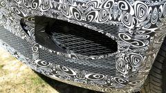 Nuova Jaguar F-Pace: il paraurti con le prese di raffreddamento e i sensori di parcheggio