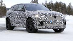 Nuova Jaguar F-Pace: una vista di 3/4 anteriore mostra le proporzioni del SUV