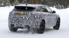 Nuova Jaguar F-Pace: un'altra vista da dietro, ma questa volta è della versione sportiva SVR 5.0 Supercharged