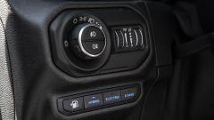 Nuova Jeep 4xe 2021: a sinistra del volante il comando delle luci e i tasti per le modalità di guida EV
