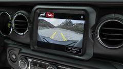 Nuova Jeep 4xe 2021: il display collegato alla telecamera di parcheggio